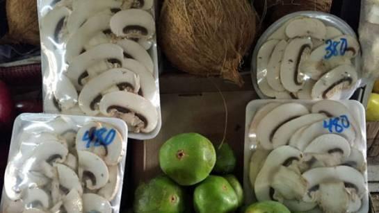 En bandeja rectangular la forma tradicional de comprar los champiñones. En la redonda, la nueva.
