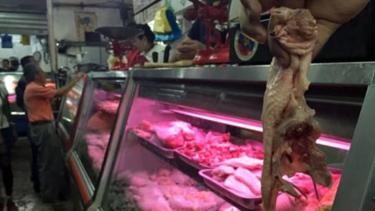 El carapacho, que es como en Venezuela se le conoce a la carcasa del pollo, dejó de botarse para los perros. Ahora se vende.