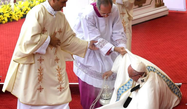 Papa Francisco cae en Polonia