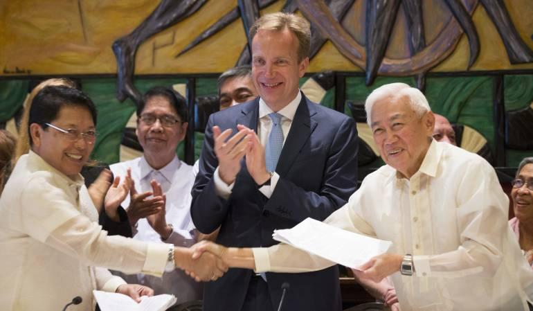 El representante del gobierno Filipino, Jesús Dureza (i), el ministro noruego de Exteriores, Boerge Brende (c), y el presidente del Frente Democrático Nacional de Filipinas (NDFP), Luis Jalandoni (d), asisten a las negociaciones celebradas en Oslo.