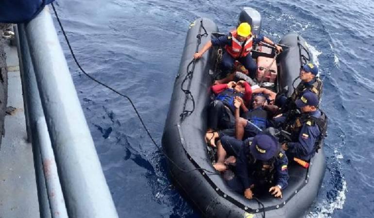Armada rescata a tres náufragos en el océano Pacífico