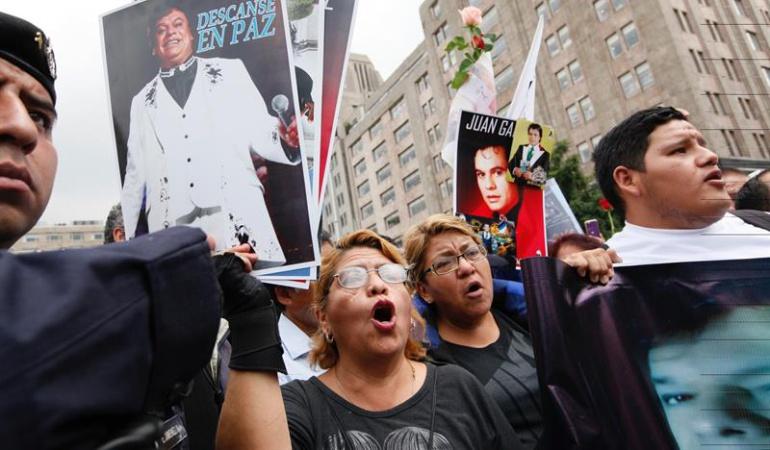 Seguidores del 'Divo de Juárez' esperan en Ciudad de México para darle un último adiós.