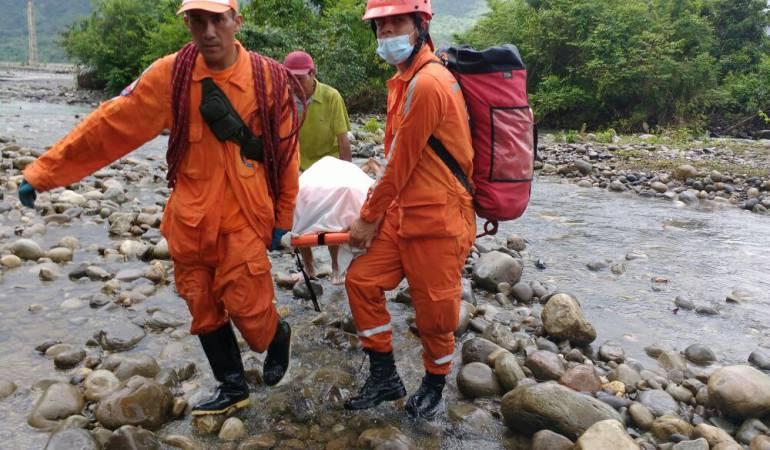 A pesar del riesgo por falta de un puente. salvan vida de una mujer embarazada: Defensa Civil