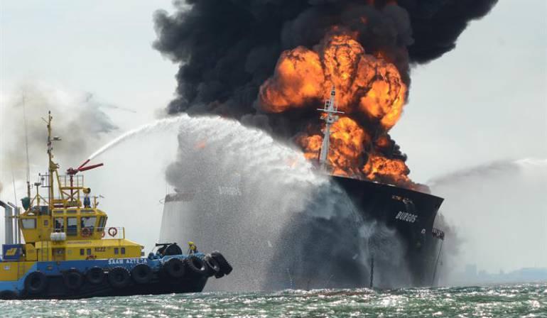 Buque con petróleo incendiado: Continúa incendio de buque cisterna en México, Pemex descarta derrame