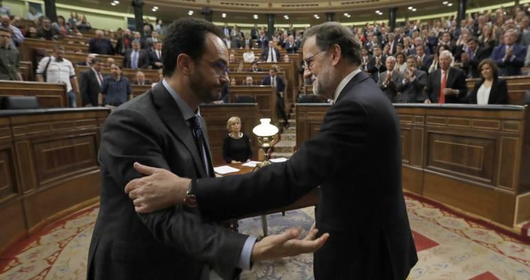 El líder del PP y presidente del Gobierno en funciones, Mariano Rajoy (d), es felicitado por el portavoz del PSOE, Antonio Hernando tras ser investido hoy presidente del Gobierno.