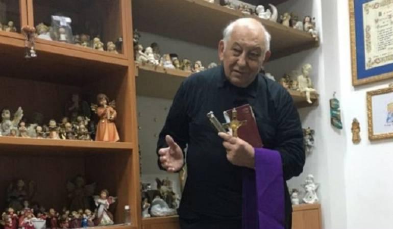 El padre Vincenzo Taraborelli atiende a decenas de personas todos los días en su oficina.