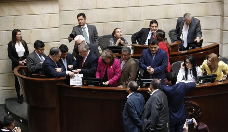 En Tunja arrancó la firmatón para bajarle el sueldo a los congresistas: En Tunja arrancó la firmatón para bajarles el sueldo a los congresistas