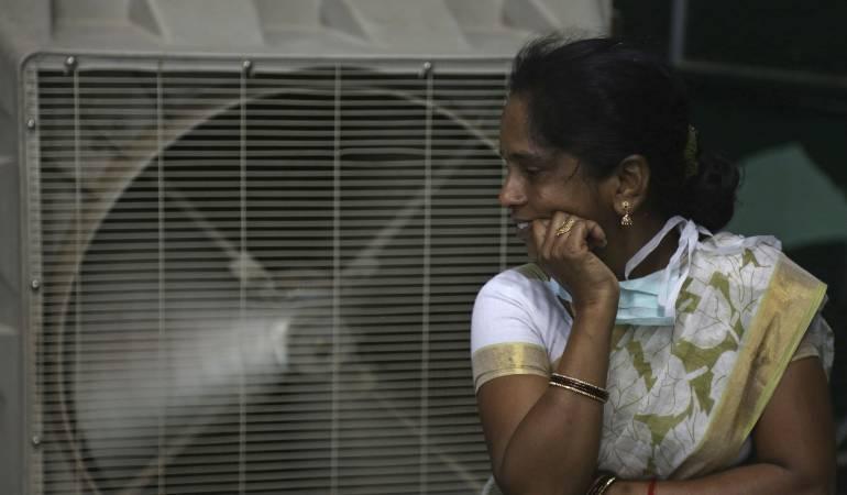 Fotografía de archivo del 31 de mayo de 2015 de una mujer refrescándose del calor en Hyderabad, India.