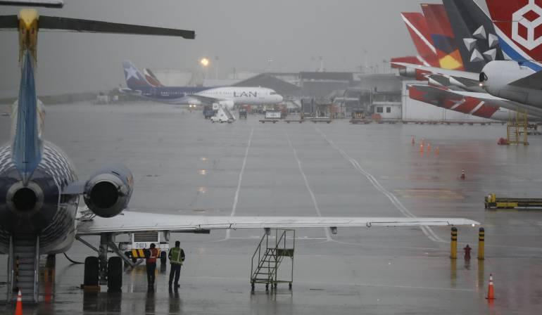 Lluvias y niebla densa provocaron este sábado el cierre de varios aeropuertos colombianos
