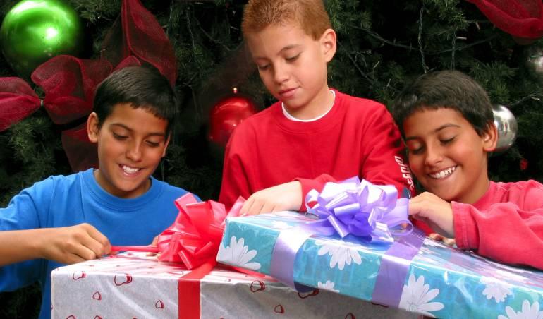 Camapaña de ONG pára generar conciencia sobre el uso de papel regalo en navidad: WWF invita a colombianos a reutilizar papel periódico para envolver regalos