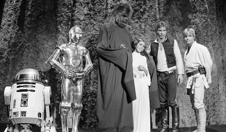 Kenny Baker, Anthony Daniels, Peter Mayhew, Carrie Fisher, Harrison Ford, y Mark Hamill en 1973.