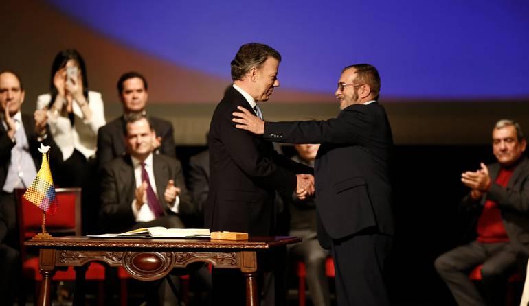 Proceso paz con las Farc: Santos y Timochenko reciben premio español de paz y renconciliación