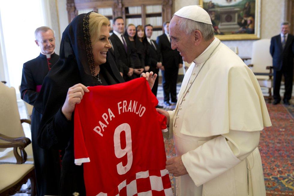 Otra de las presidentas que ha obsequiado a Francisco una camiseta de su selección local fue la de Croacia. La dorsal 9, otrora usada por Suker fue contramarcada especialmente para el papa.