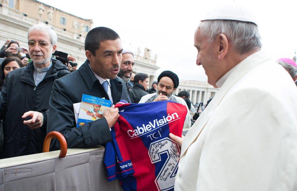 Iván Ramiro Cordoba, ex capitán de la selección Colombia y ex jugador de San Lorenzo (equipo del que es hincha Jorge Mario Bergoglio), entregó una de sus camisetas al religioso. En ella un mensaje de invitación a visitar nuestro país.