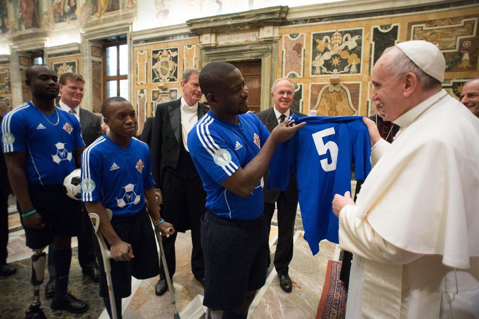 El papa dentro de su colección también cuenta con una camiseta especial entregada por sobrevivientes del terremoto de Haití, previo a un partido en memoria de los 5 años de la tragedia.