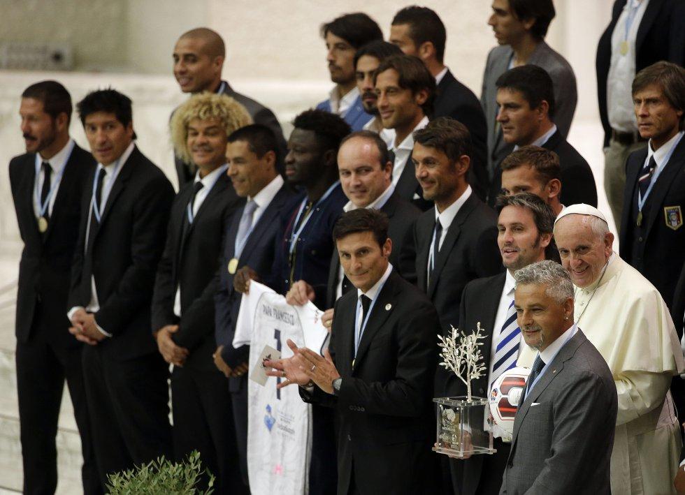 El papa posa junto a varios de los jugadores históricos del fútbol mundial que hicieron parte del partido por la paz