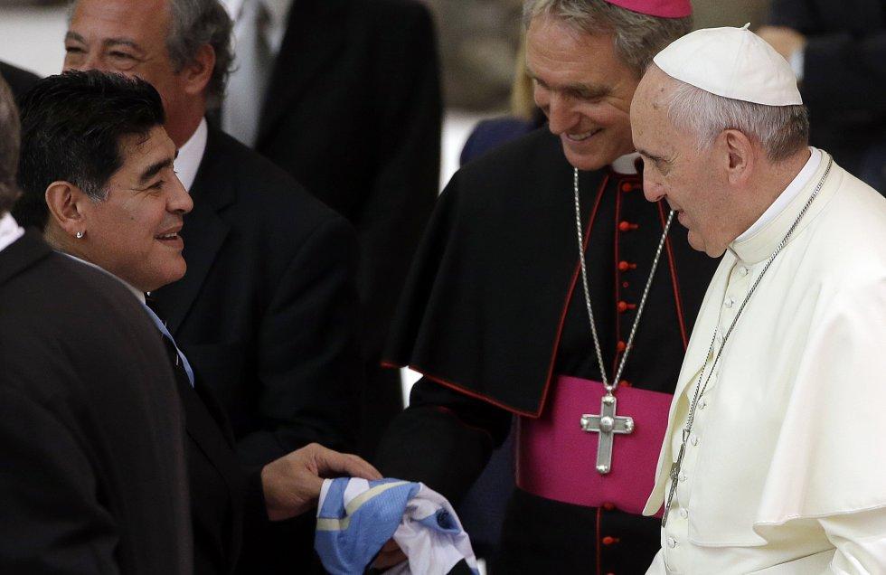 El papa Francisco es de nacionalidad argentina, y Maradona, una de las máximas estrellas históricas de esa selección le regaló una de sus camisetas al religioso.