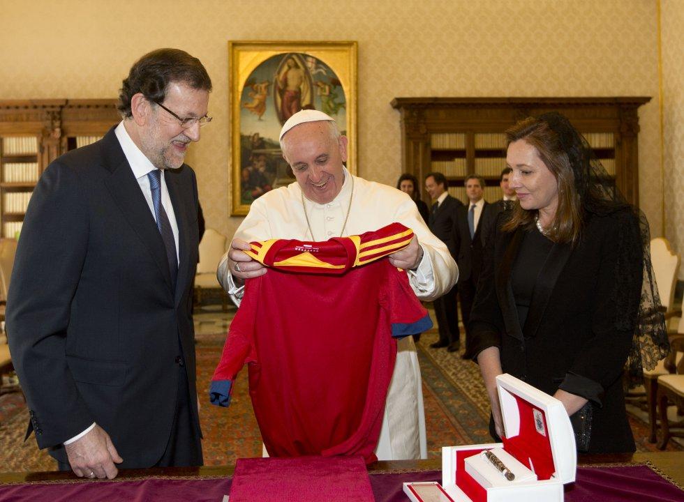 Rajoy, presidente Español, otro de los presidentes que ha contribuido con su camiseta de la selección nacional para la colección del papa.
