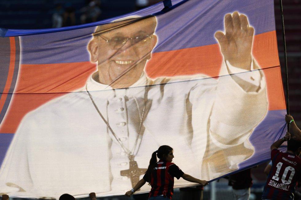 """Un gran """"trapo"""" con la imágen del papa, hincha ilustre de San Lorenzo de Almagro, se puede ver durante algunos partidos del club argentino."""