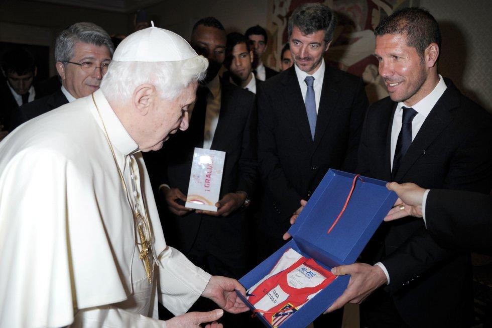 El papa Benedicto XVI también recibió regalos y visitas de corte deportivo.