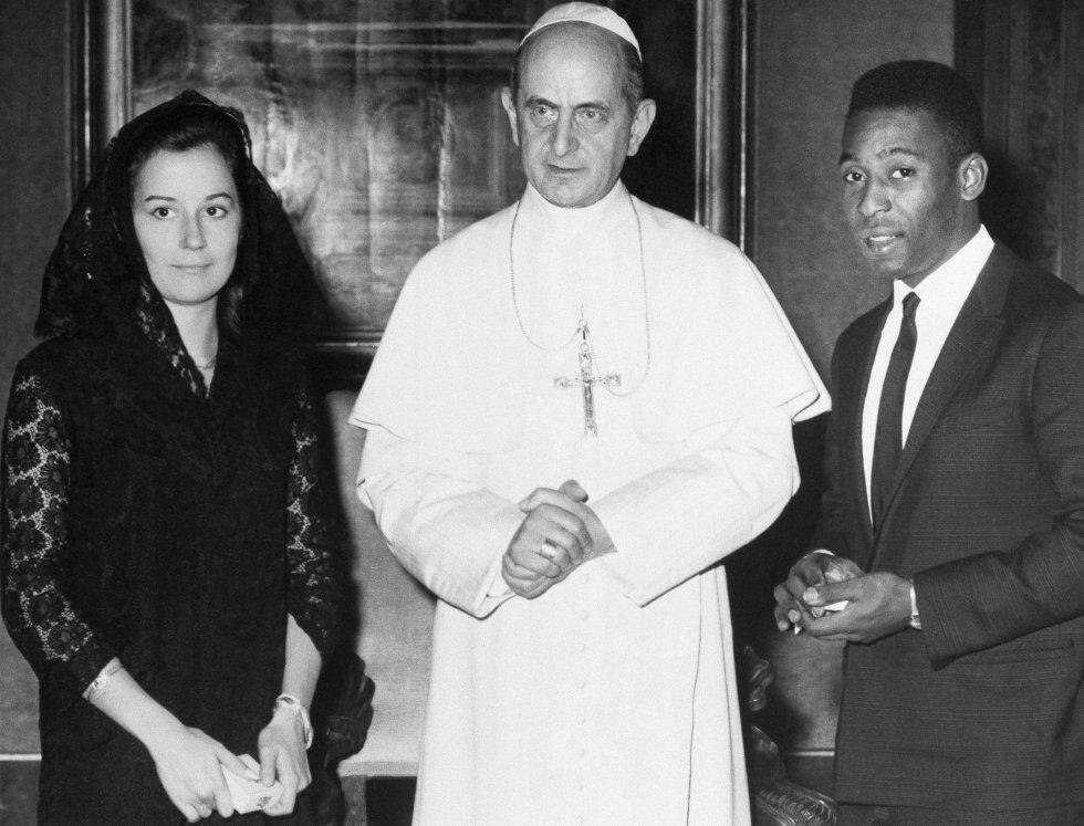 El papa Pablo VI en compañía de Pelé, otro de los papas carismáticos y amantes del deporte.