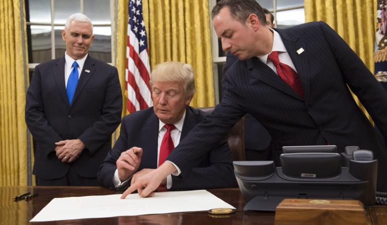 """TRUMP GOBIERNO: Trump firma orden ejecutiva para """"aliviar las cargas"""" de la reforma sanitaria"""