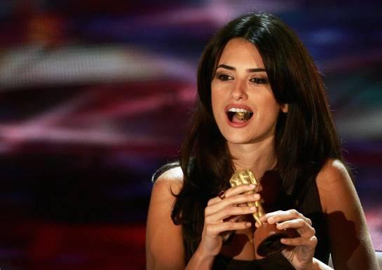 Penelope Cruz se come un Oscar de Chocolate