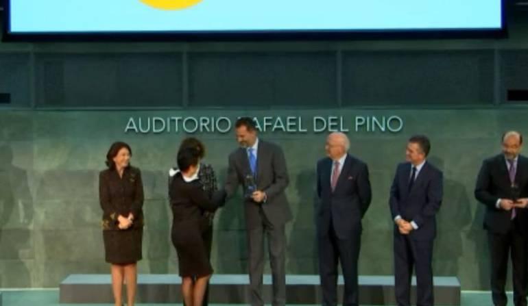 Colombiana recibe premio de manos del rey de España
