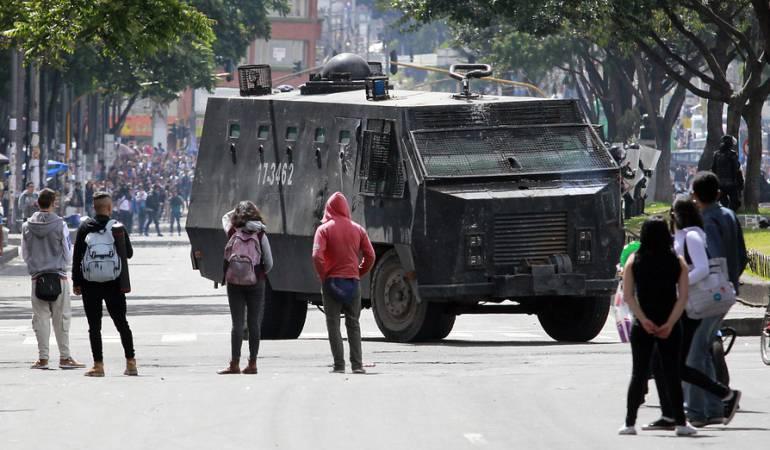 El carro del ESMAD intentando persuadir una manifestación