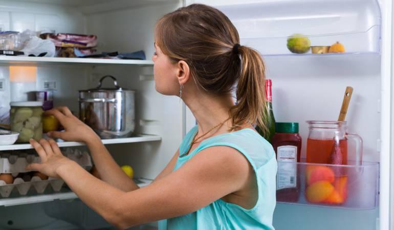 No conviene mantener la refrigeradora con la puerta abierta por mucho tiempo.