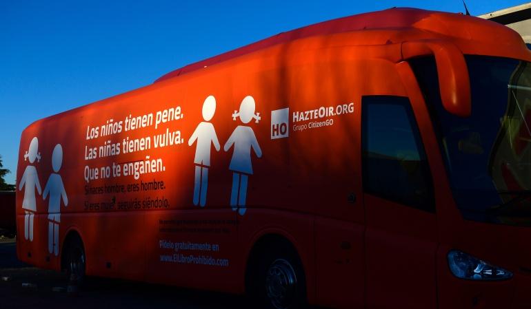 Este bus ha causado controversia entre la comunidad por el mensaje en sus costados.