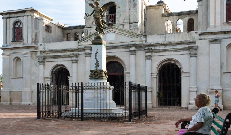 Una mujer a las afueras de la iglesia católica San Jose en Holguín, Cuba