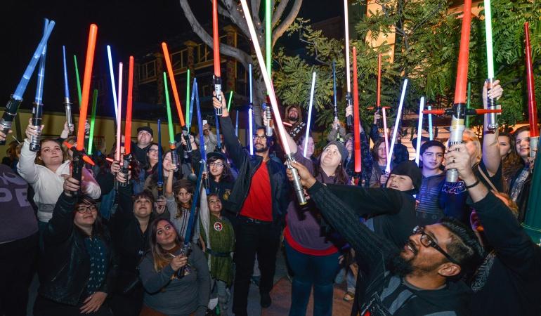 Cientos de fanáticos de la saga homenajean a la fallecida Carrie Fisher que interpretó a la princesa Leia.