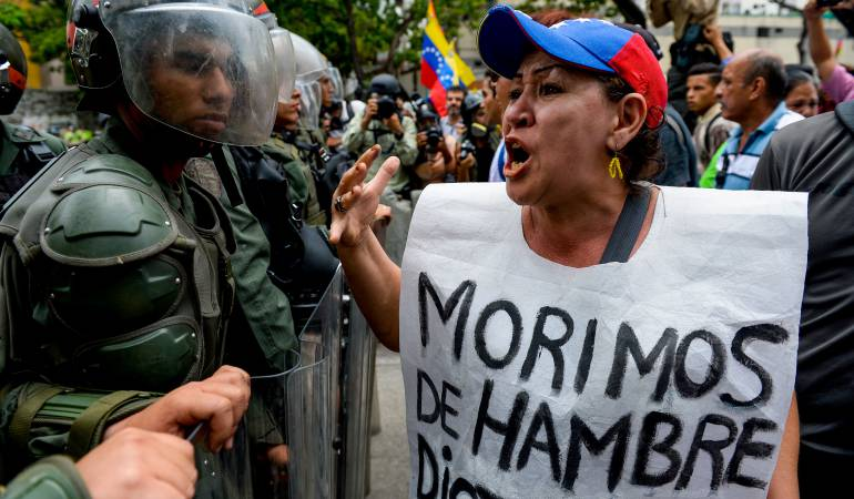 Ciudadanos venezolanos manifestando