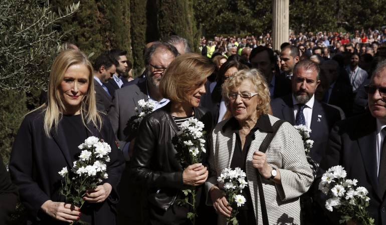 La ministra de Defensa, María Dolores de Cospedal (c); la presidenta de la Comunidad de Madrid, Cristina Cifuentes (i), y la alcaldesa de la capital, Manuela Carmena, durante la ofrenda floral en el acto organizado por la AVT