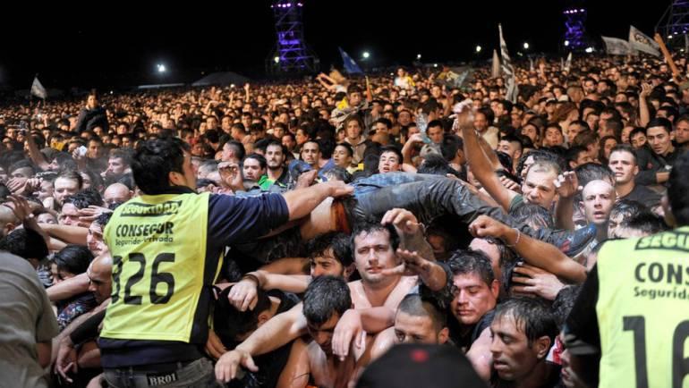 ¿Quién es el Indio Solari y qué hay detrás de su frenético concierto que dejó dos muertos en Argentina?
