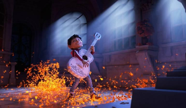 Miguel es un niño que vive una aventura en medio de la celebración del Día de los Muertos.