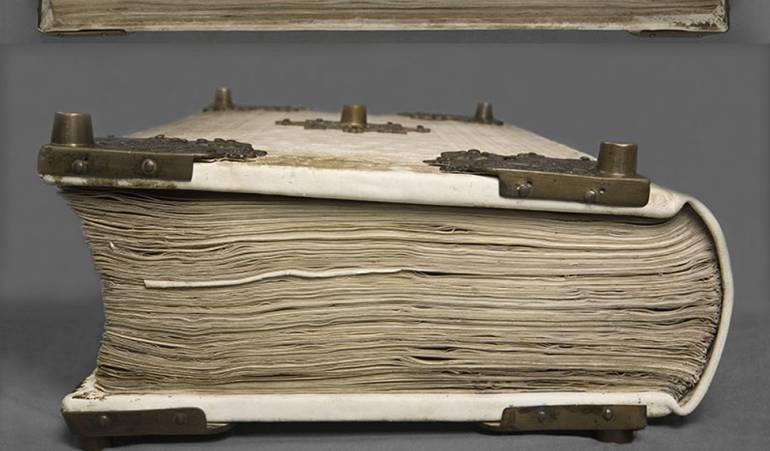 El libro tuvo que ser reparado en el siglo XIX pues tuvieron que tirarlo por una ventana para salvarlo de un incendio. Se cree que perdió unas 10 páginas.