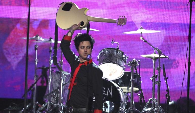 """Green Day durante su presentación en los """"American Music Awards"""" en 2016."""