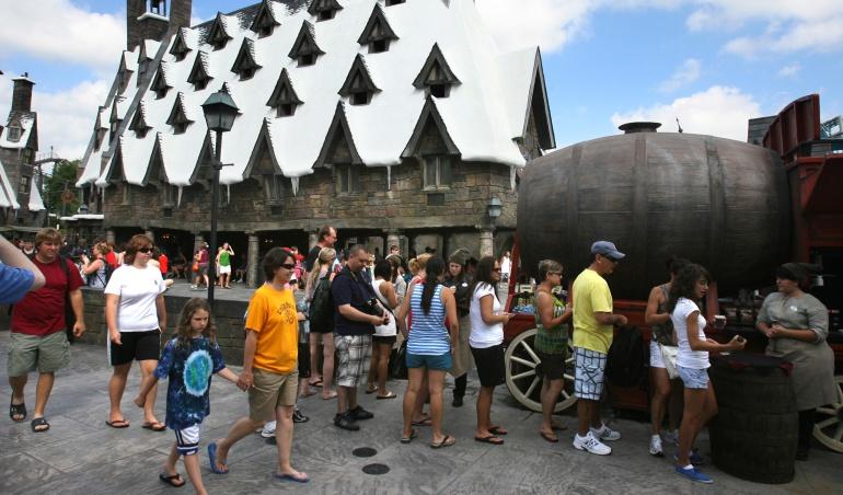 """Un punto de expendio de cerveza de mantequilla en el """"Wizarding World of Harry Potter"""" en Orlando, Florida."""