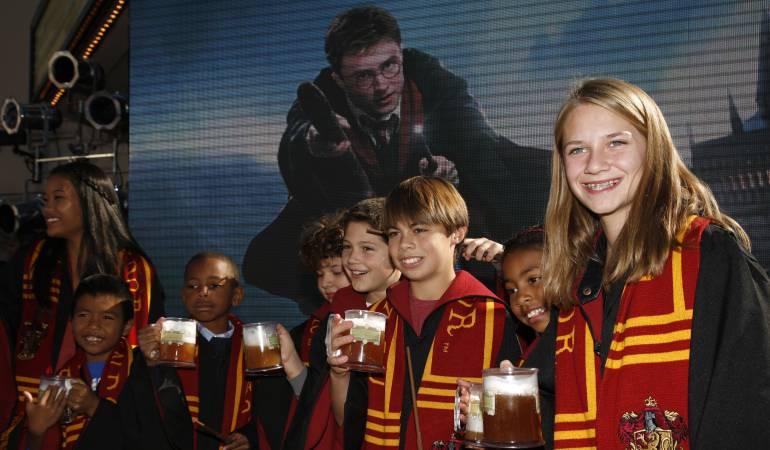 """Fans vestidos como estudiantes de Hogwarts brindan con cerveza de mantequilla (""""butterbeer"""") en Universal Studios Hollywood."""
