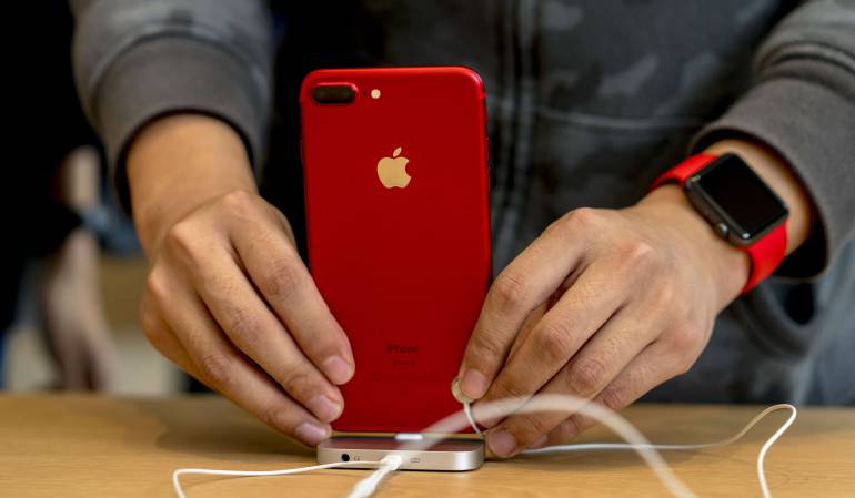 iPhone rojo de Apple.
