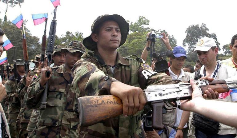 Más de 100 desertores de las FARC se entregan — COLOMBIA