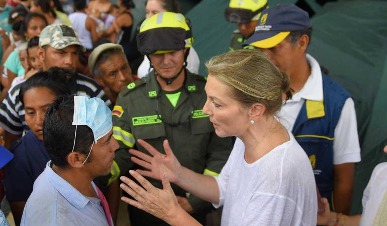 La primera dama imparte instrucciones durante la entrega de ayudas a los afectados por la avalancha en Mocoa