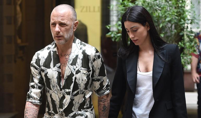 Gianluca Vacchi y su novia Gabrielle en medio de un evento en Italia.