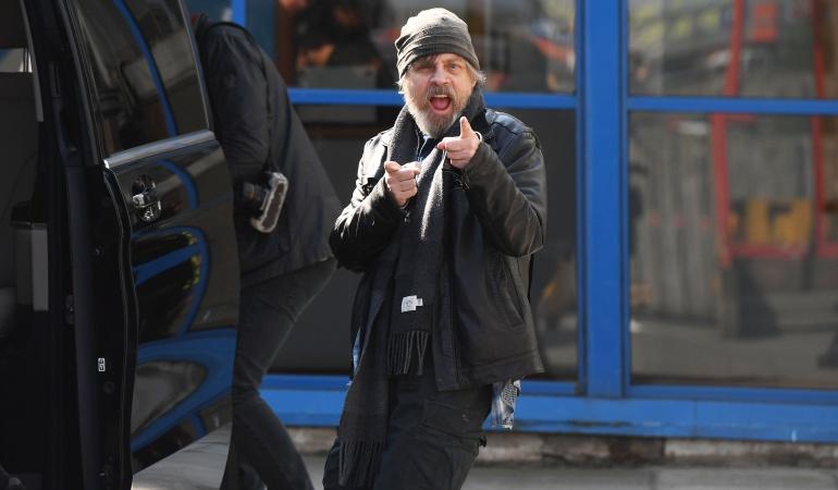 El actor Mark Hamill sonríe ante la presencia de las cámaras.