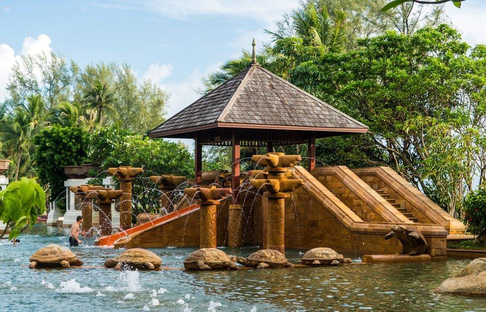 Phuket, Tailandia: aquí puede apreciar el azul de de las lagunas y atardeceres rosados.
