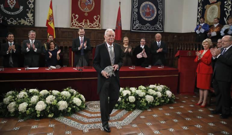 El escritor catalán Eduardo Mendoza (c), es aplaudido tras recibir  el Premio Cervantes de manos de Felipe VI.