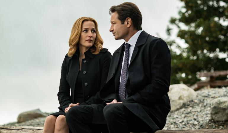 """Los actores Gillian Anderson and David Duchovny durante el rodaje de """"The X-Files"""":"""