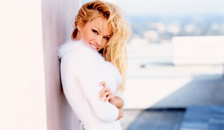 La actriz Pamela Anderson posa para la promoción de la serie V.I.P.